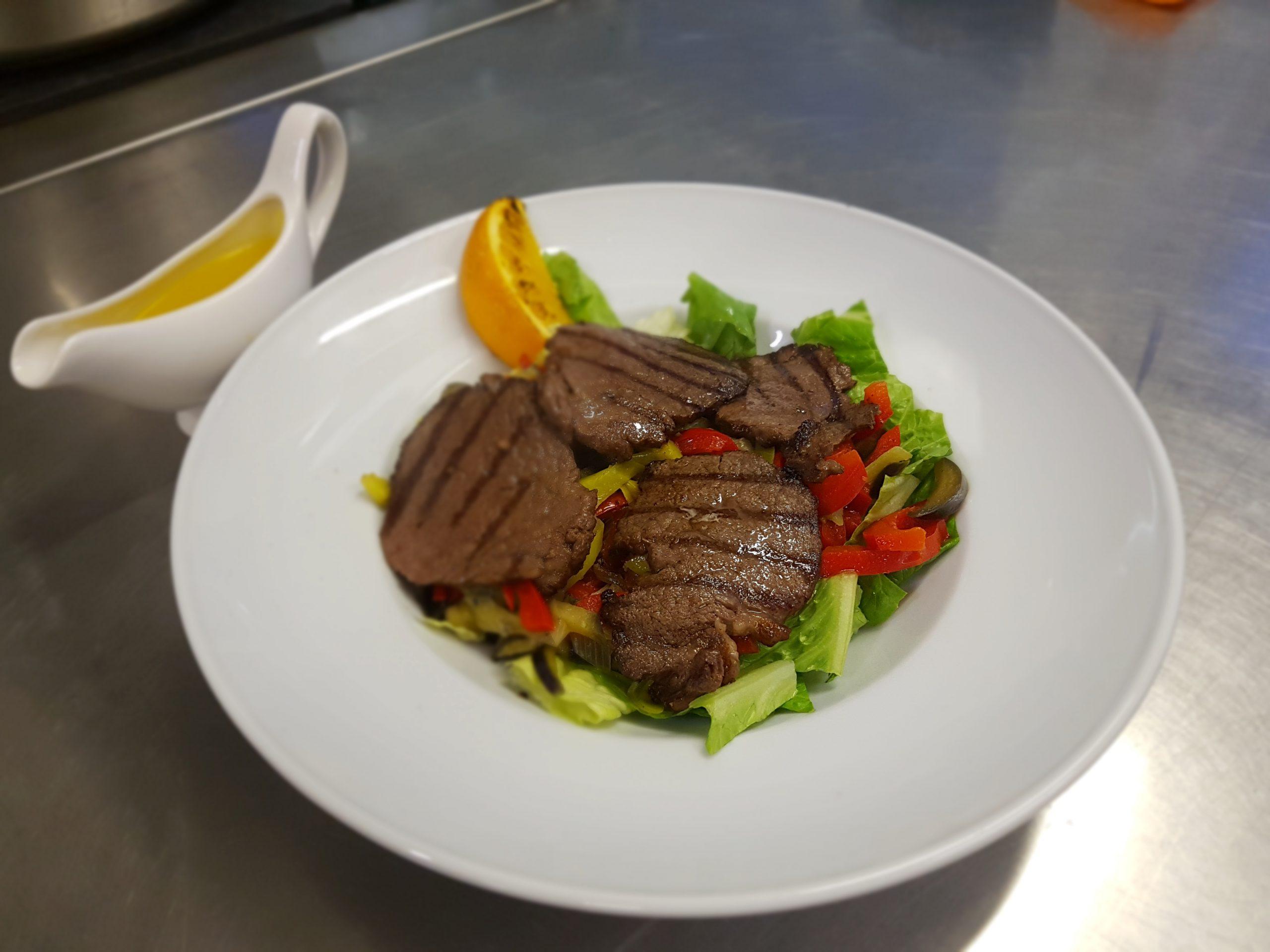 Теплый салат с говядиной и апельсином